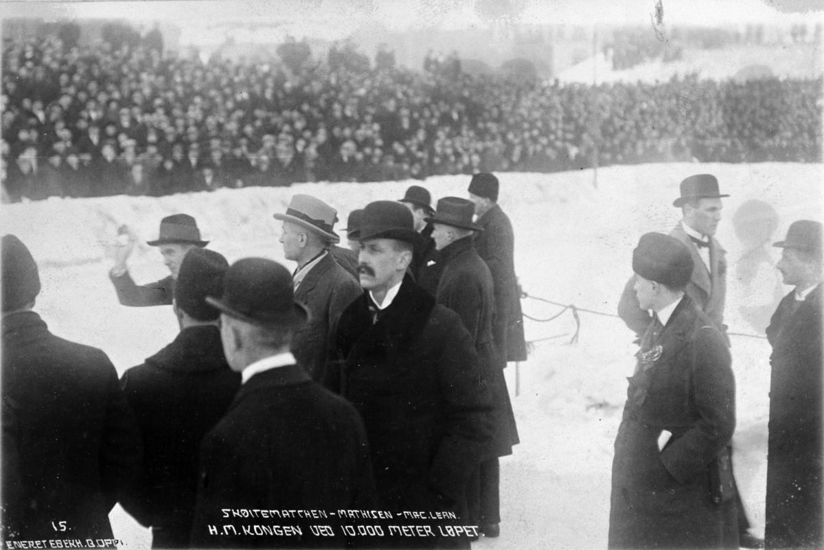 H. M. K Haakon på skøyteløp på Frogner stadion i Oslo.  I februar 1920 vant Oscar Mathisen den uoffisielle tittelen Professional World Champion, etter å ha slått sin amerikanske utfordrer Bobby McLean i en duell over fire distanser foran et stort publikum på Frogner stadion.  Oscar Wilhelm Mathisen (født 4. oktober 1888, død 10. april 1954) var en norsk skøyteløper som representerte Kristiania Skøiteklubb.
