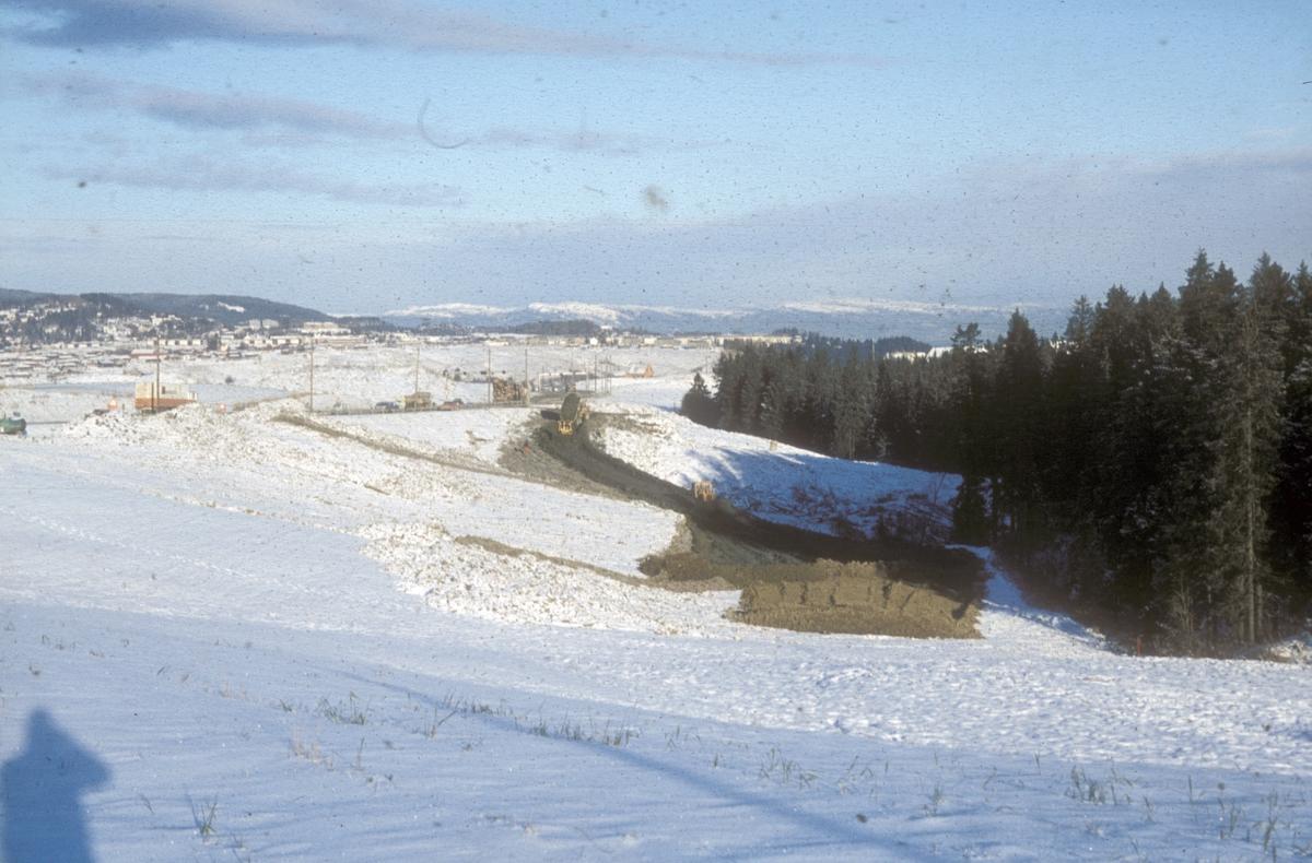 Bygging av ny E-6 mellom Sluppen og Tonstad. Utplanering av bløte masser, sett nordover.