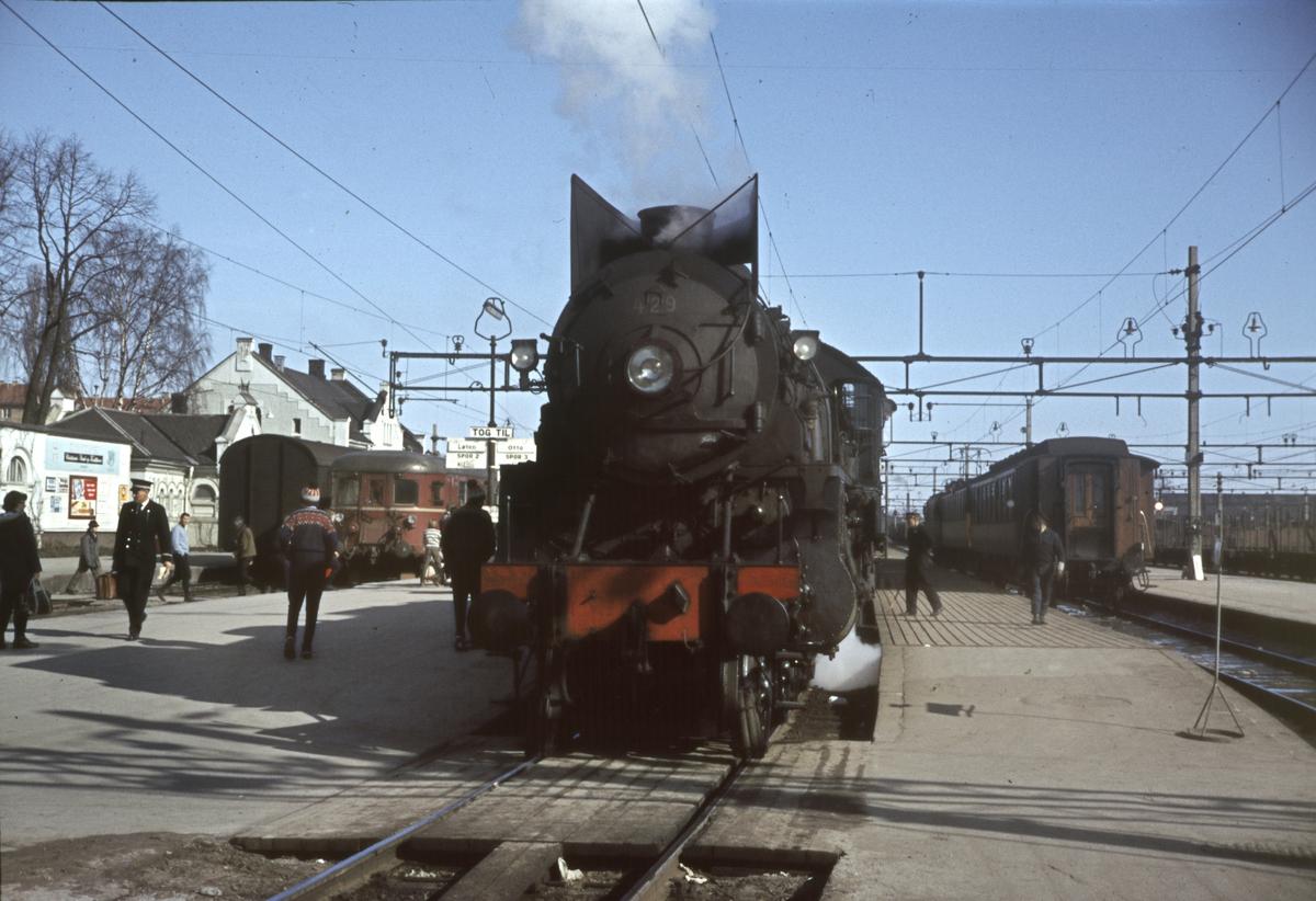 Påsketog til Otta i spor 3, tog til Løten i spor 2 og tog 324 til Strandlykkja i spor 4.
