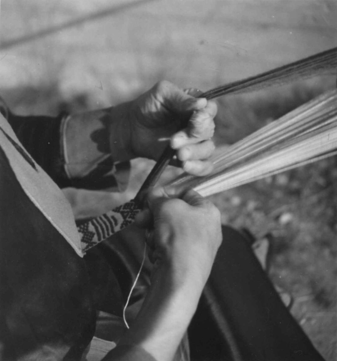 Veving av kvinnebelte på båndvev. Karasjok 1950.