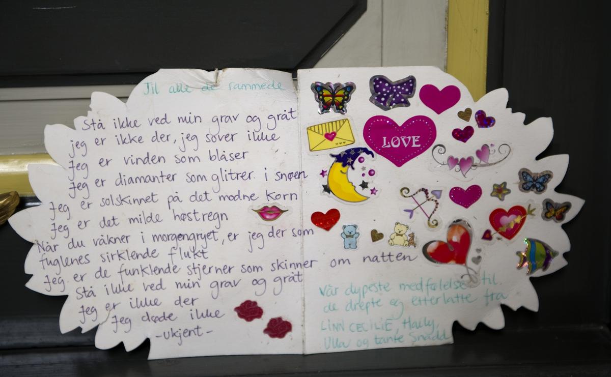 """""""Sorg i det offentlige rom"""". Et håndskrevet kort med dikt i Oslo Domkirke 22.08.2011, en måned etter terrorhandlingene i Oslo og på Utøya."""