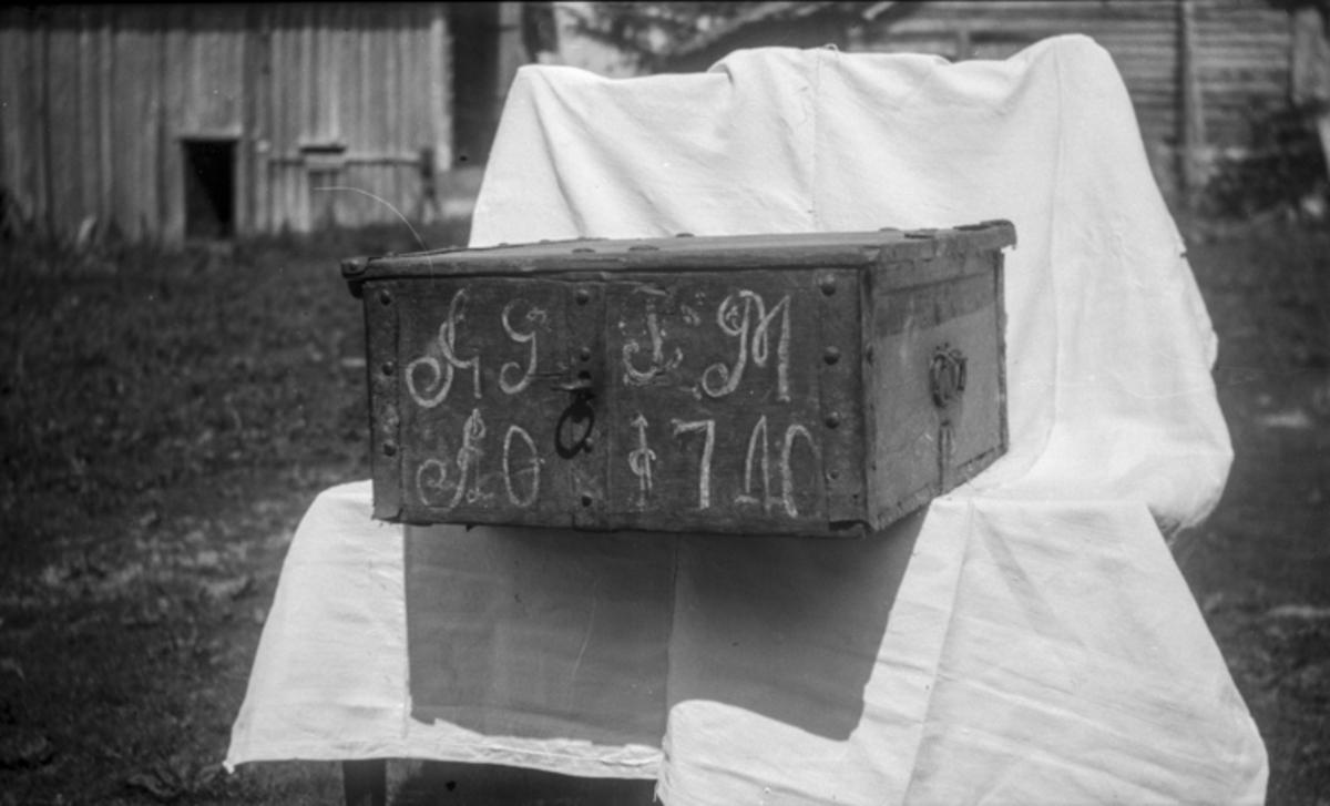 Kiste med inskripsjonen «AG TM 1710».