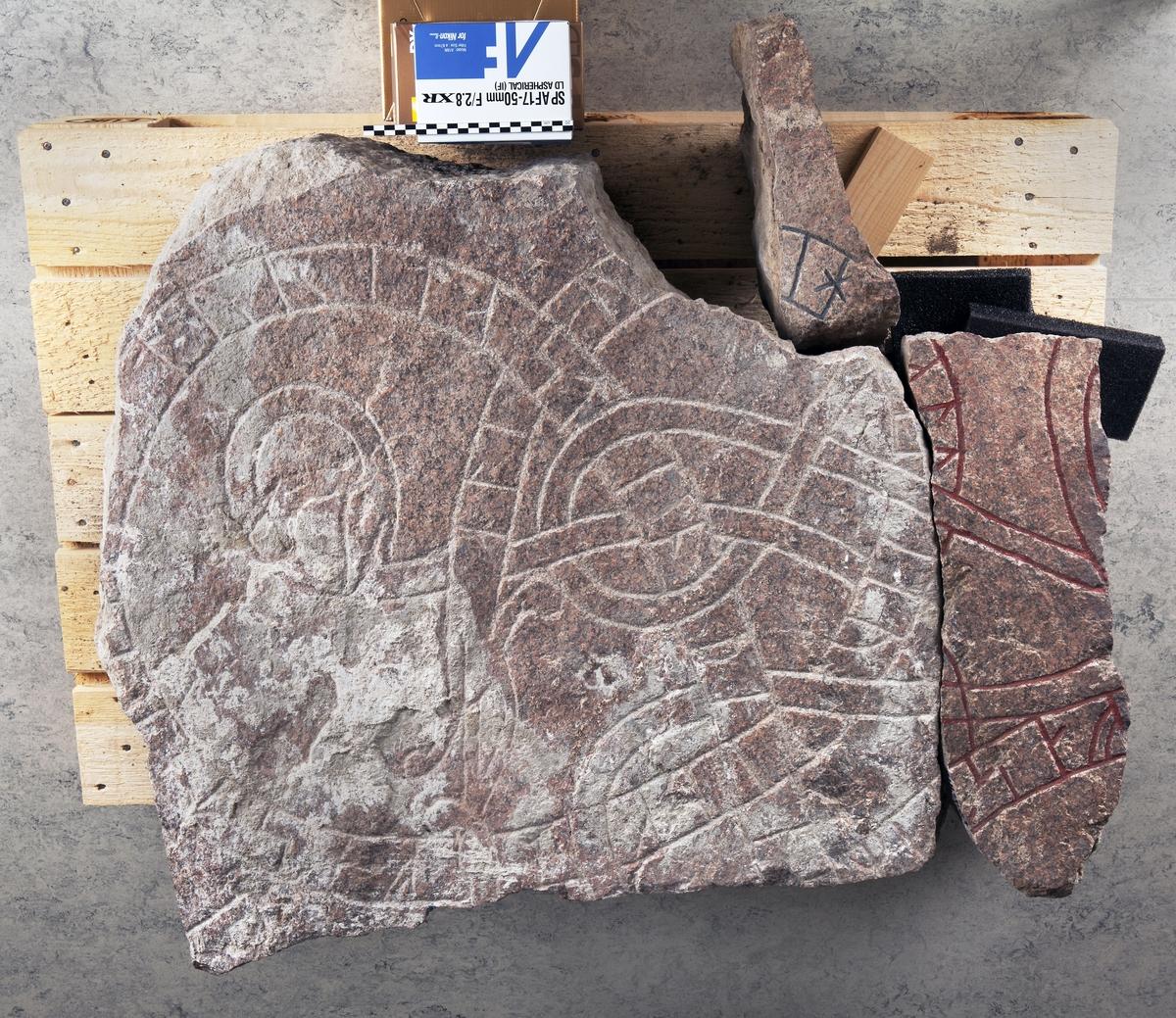 Fyra fragment av runsten U941 tillvaratagna i Franciskanklostrets område, kvarteret Torget, Uppsala
