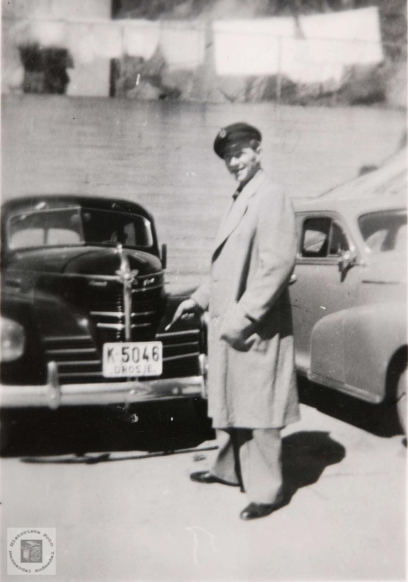 Drosjetrafikk i Mandal på 1950 tallet. K-5046 er en Plymouth 1939. Til høyre Chevrolet 1947-48.