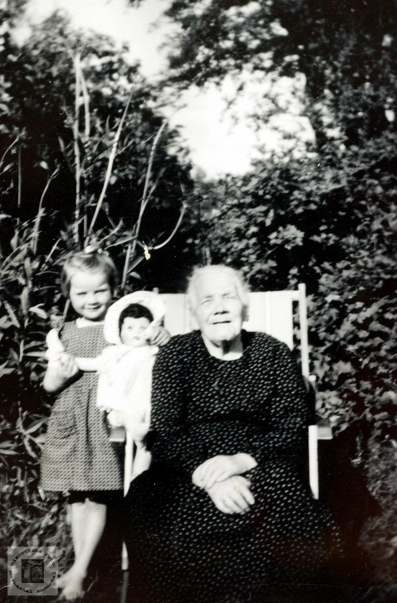 Bestemor Ingeborg Aagedal med barnebarnet Inger Verdal og dokka på besøk. Grindheim.