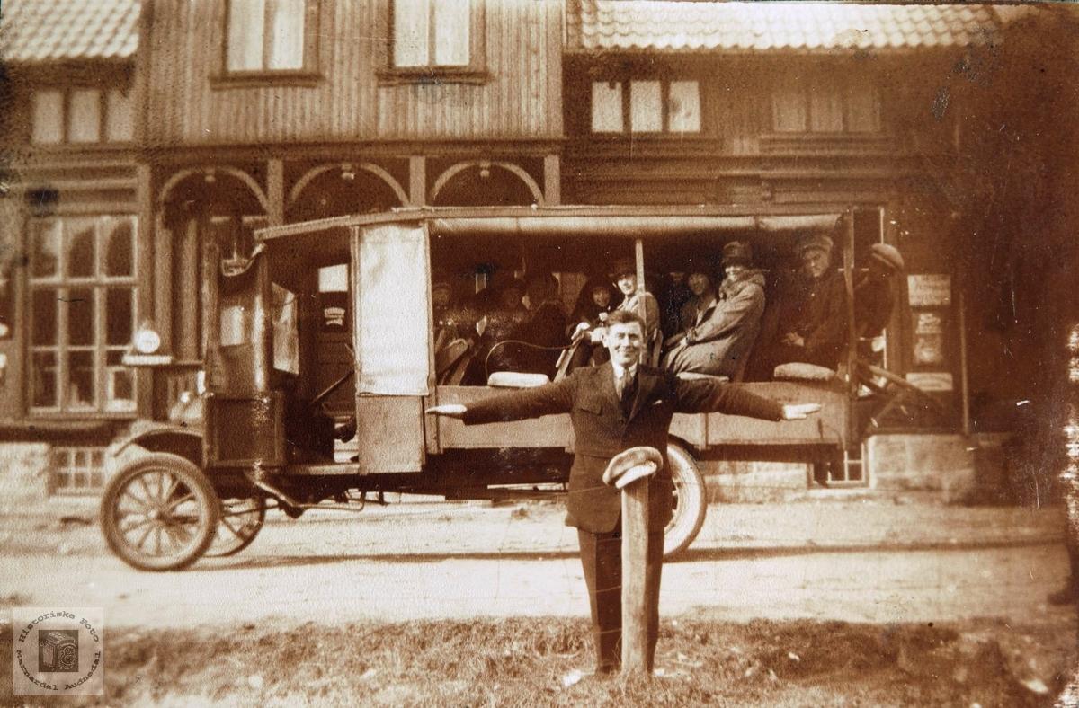 Konsmo Sangkor på reisefot med datidens turbuss. Audnedal. Bilen er en Ford TT 1917-27