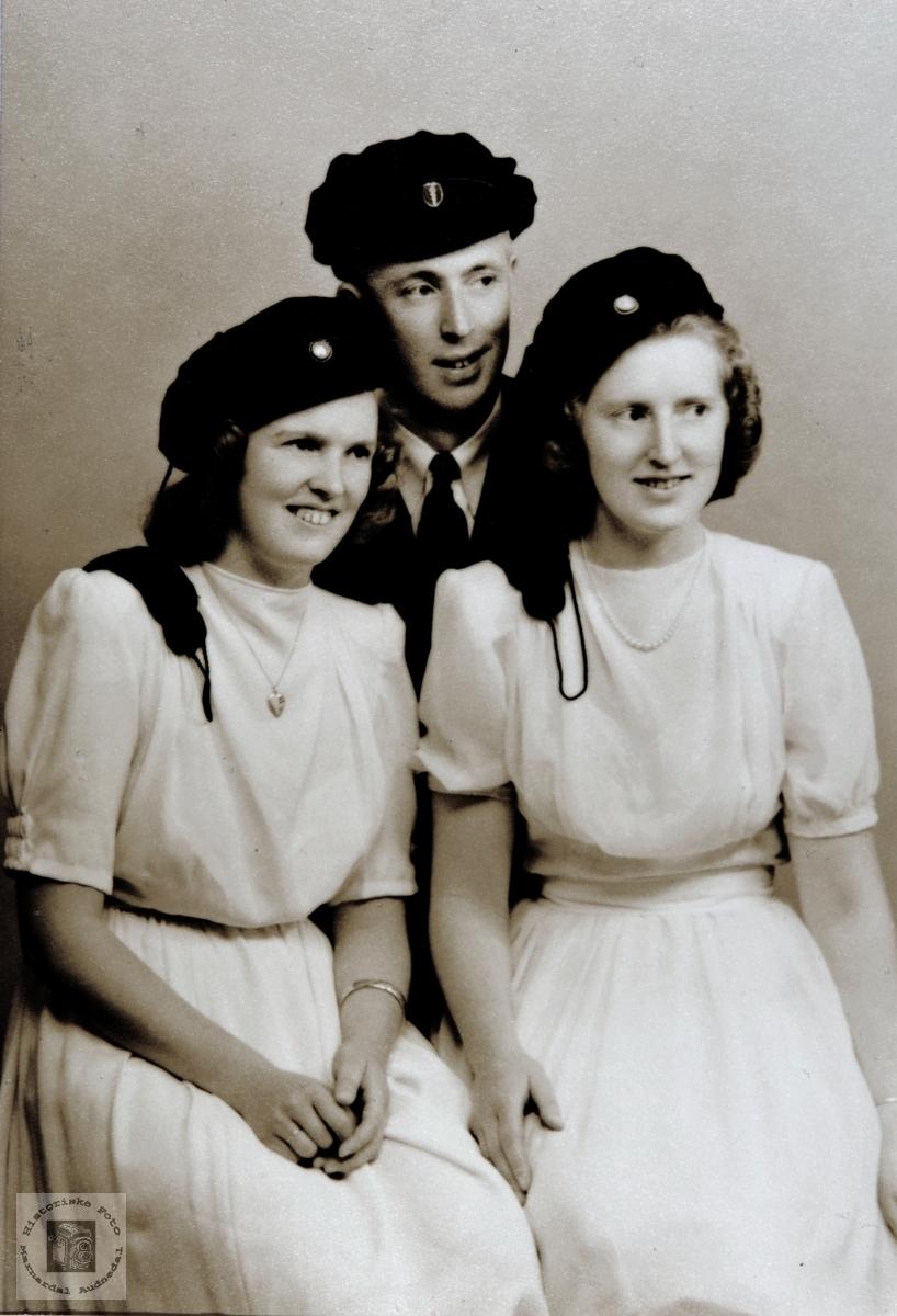 Tre søsken Hæåk med studentluer. Med tilknytning til Audnedal.