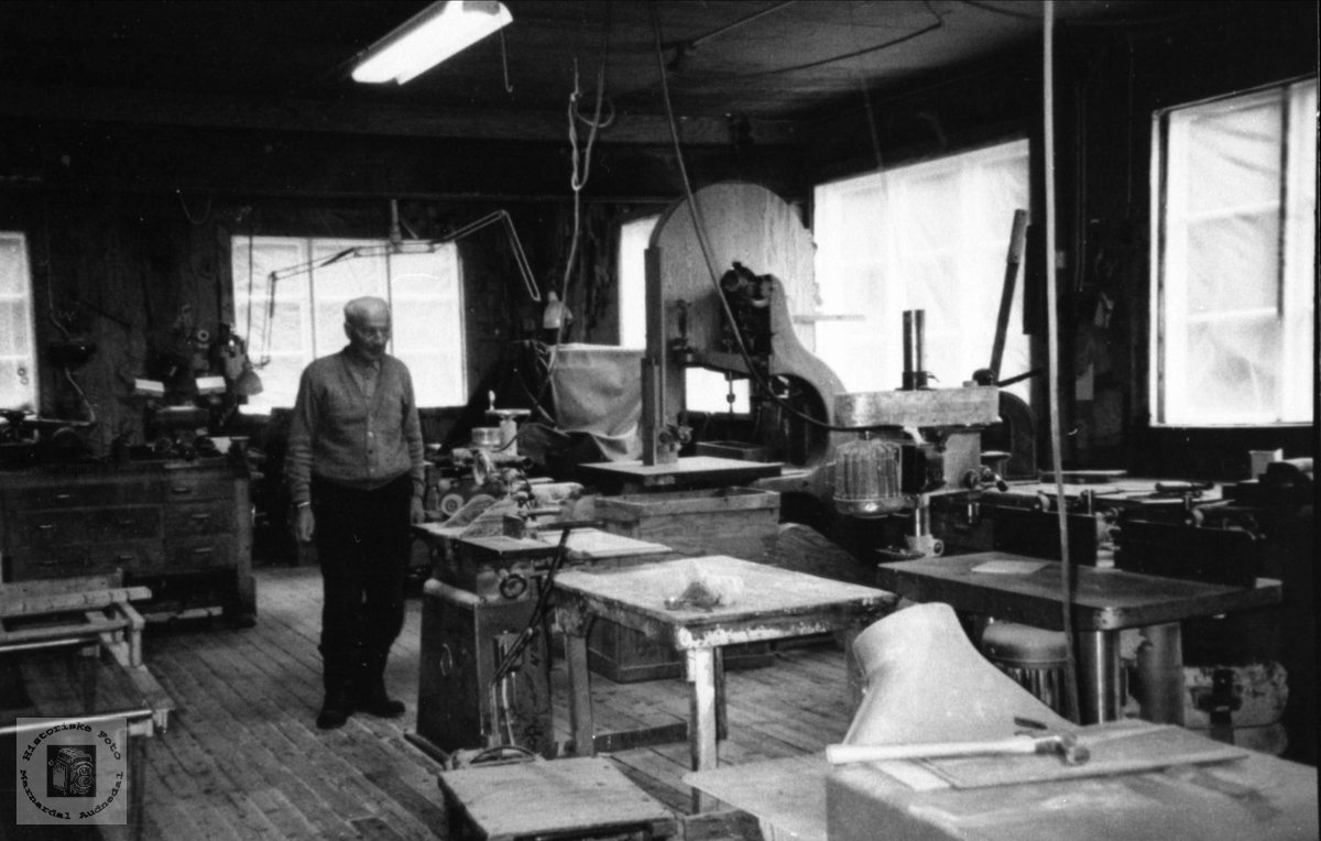 I verkstedet på leketøyfabrikken i Støa, Øyslebø.