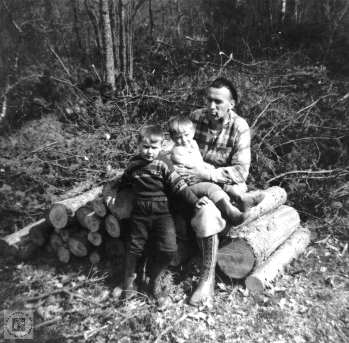 """Tømmer (Storbuttar) """"Gutane får opplæring i skogsarbeid"""".Rygnestad, Laudal."""