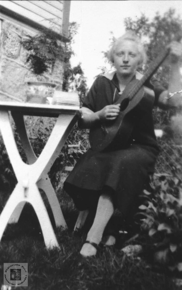 Portrett av gitarist Anna Stedal, Bjelland. Født på Steinsland i Hægebostad.