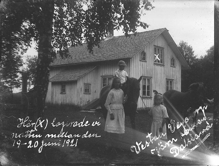 """Enligt notering: """"Vestan, Vegatorp. Järn socken. Dalsland 19-20 juni 1921"""". Enligt text på fotot: """"Här (X) logerade vi natten mellan den 19-20 juni 1921""""."""