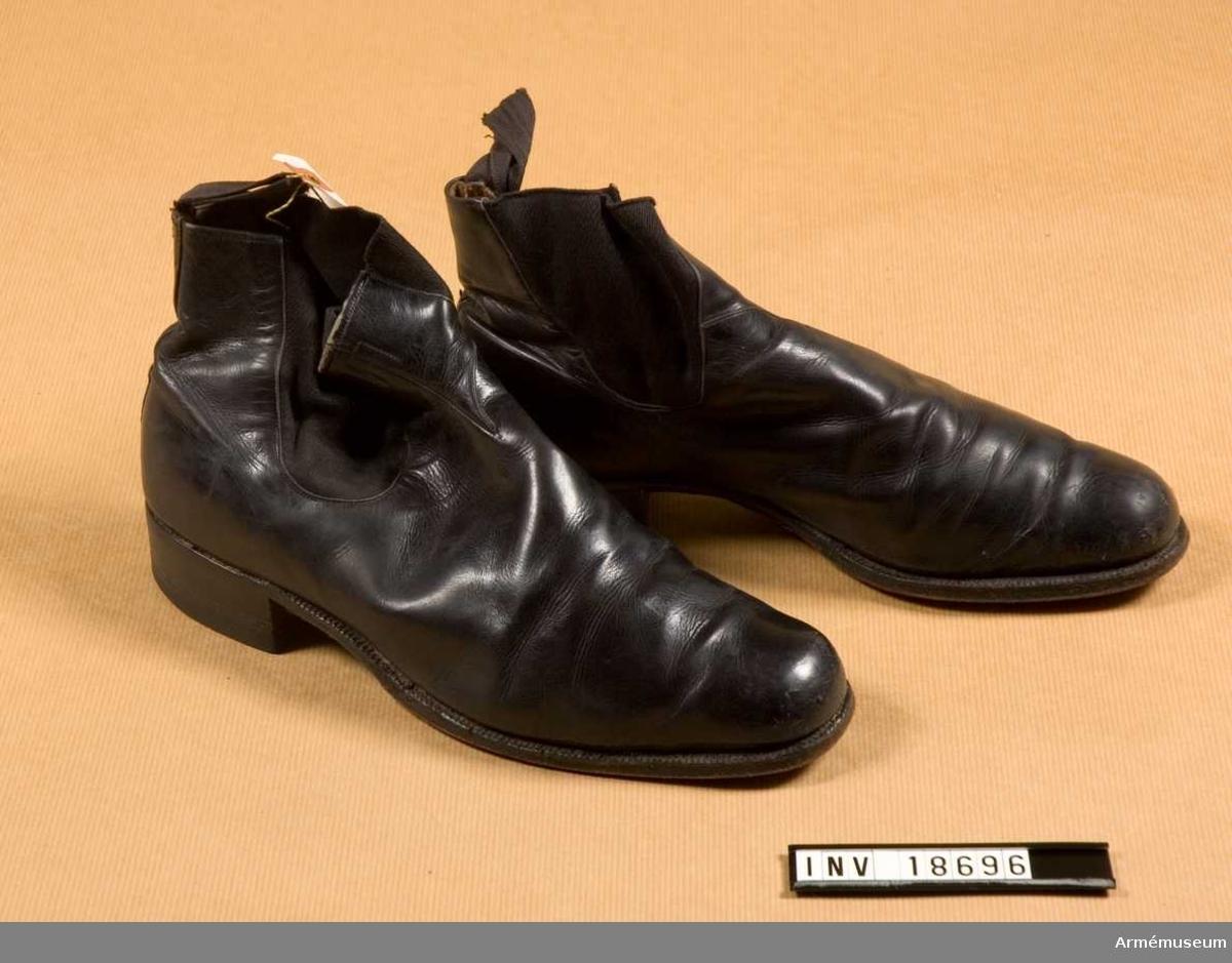 Grupp C I. Ur uniform för underlöjtnant vid Göta livgarde. Består av 18685-18702, rockar, byxor, skjortor, epåletter, axelklaffar, huvudbonader, skor, sabel, m.m. och 20212-3, fodral t mössa och kask.