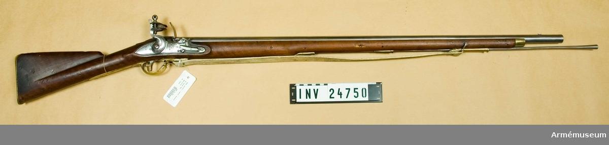 Grupp E II Flintlåsgevär, sannolikt reparationsmodell från 1815. Pipa och stock av engelsk m/1794 men låset m/1762. Årtalet 1815, inslaget på kolven. Tillhörande laddstock är m/1815, men för lång. På svansskruvstjärten en krönt 6:a.  Samhörande nr AM.24750-1