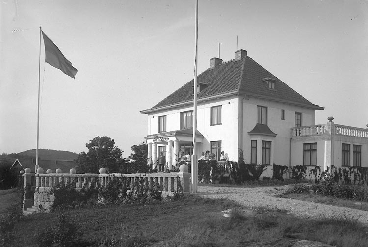 "Enligt fotografens journal nr 4 1918-1922: ""Gamlebergs gård med gr.""."
