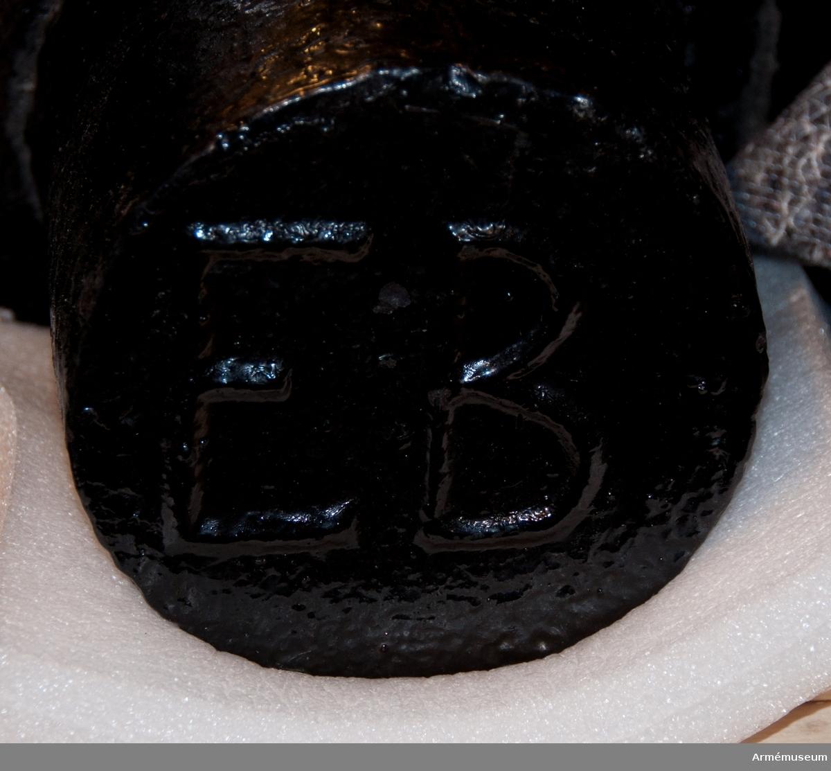 """Grupp F I. Eldrör till 18-pundig s k portugisisk kanon. 1792. Enligt Generalfälttygmästareämbetets skrivelse 6/9 och 17/9 1877  samt 28/10 1878. Märkt: kammarsiraterna N LXIV, vänster tapp 1792, höger tapp EB. Eldröret av järn. S k portugisisk kanon. På kammarstycket syns det krönta namnchiffret """"M. P. R."""" (Maria Portugalis Regina:  Maria, Portugals drottning) och """" XVIV""""."""