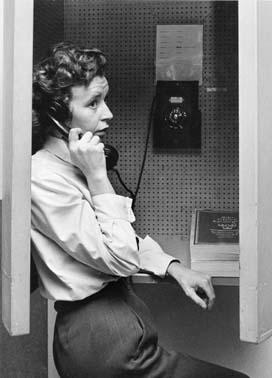 Fru Mainy Johansson heltidsarbetande brevbärare vid  postkontoret Bandhagen 1.  Foton 25/9 1963.