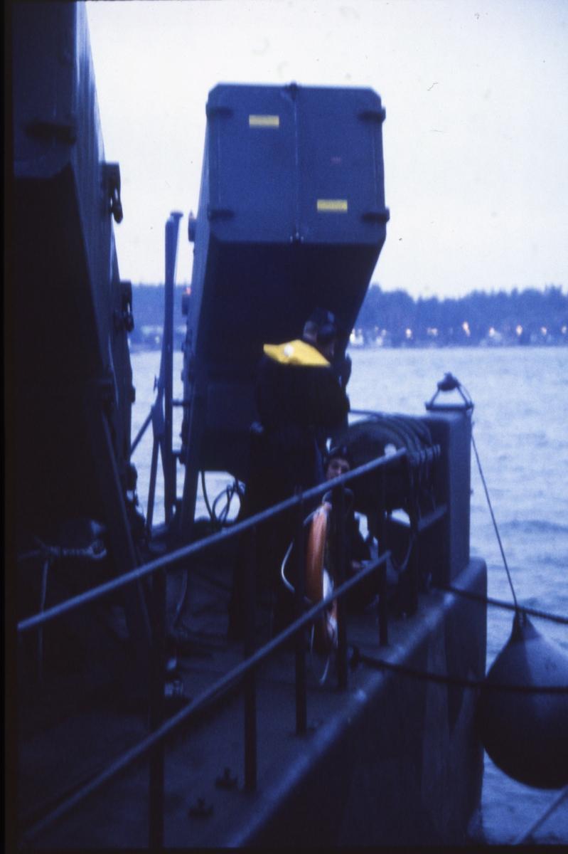Fartyg: VÄSTERVIK                      Bredd över allt 7,1 meter Längd över allt 43,6 meter  Byggår: 1974 Varv: Kockums i Karlskrona Övrigt: Dokumentation av robotbåten Västervik utförd 1997. Vår förtöjning på HMS Norrköping läggs loss