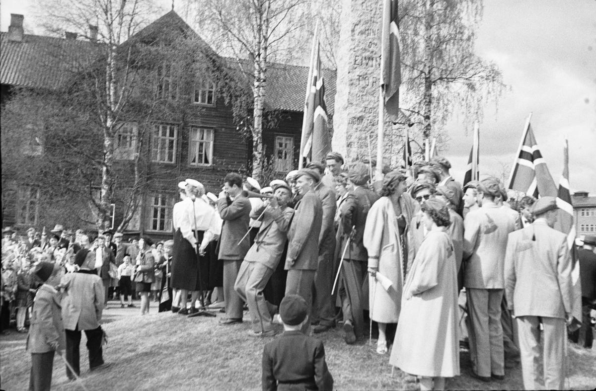 17. mai. Elverum.  1954. Russen ved Torpbautaen.