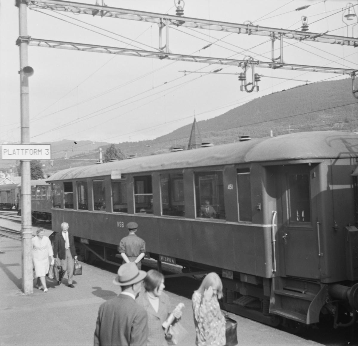 Personvogn B23 nr. 451 på Voss stasjon i tog til Granvin.