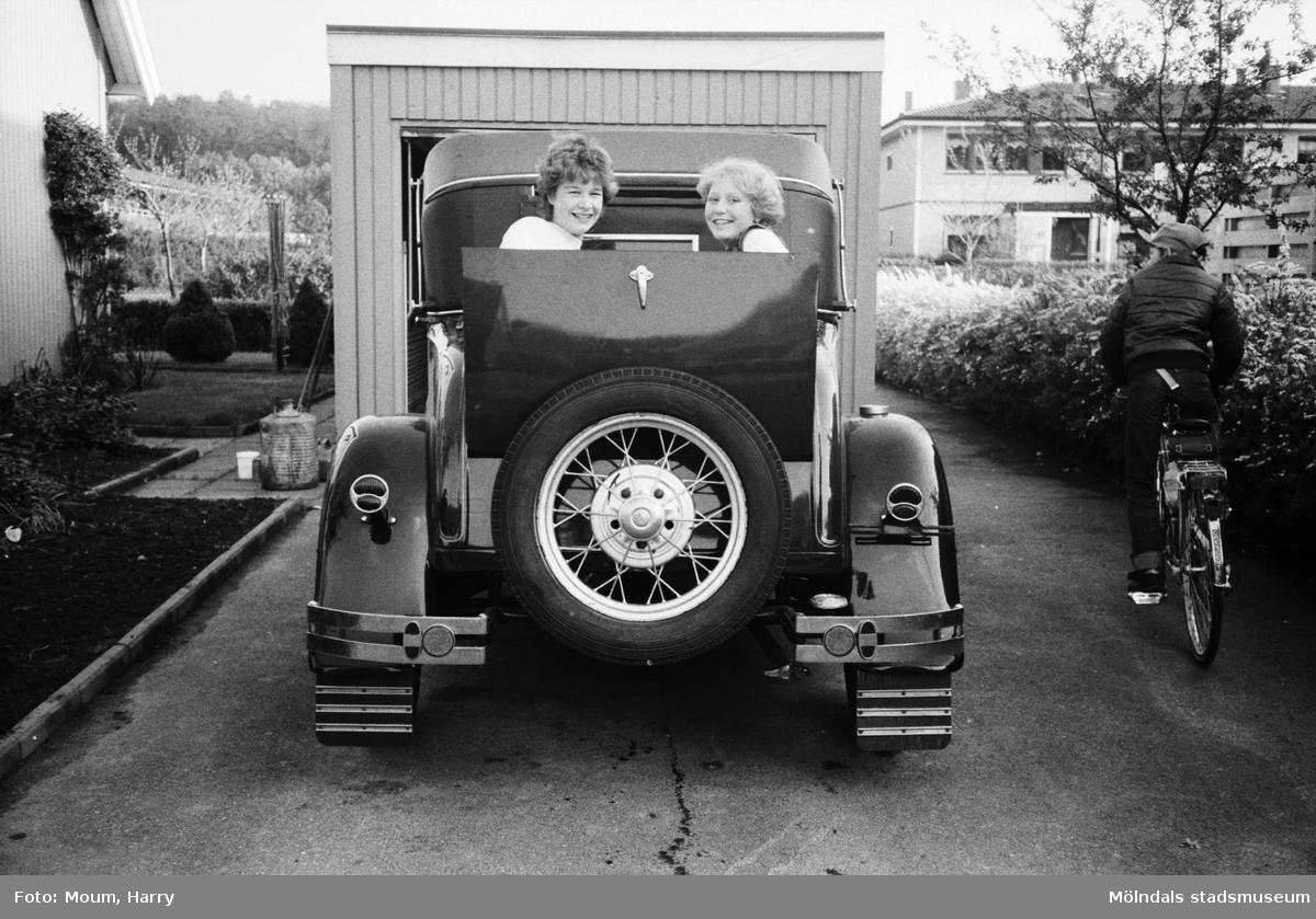 """Leif Alenäs T-Ford i Kållered, år 1983. """"I T-Forden modell A 1930 har Camilla Alenäs och Maria Dahl tagit plats i svärmorsluckan.""""  För mer information om bilden se under tilläggsinformation."""