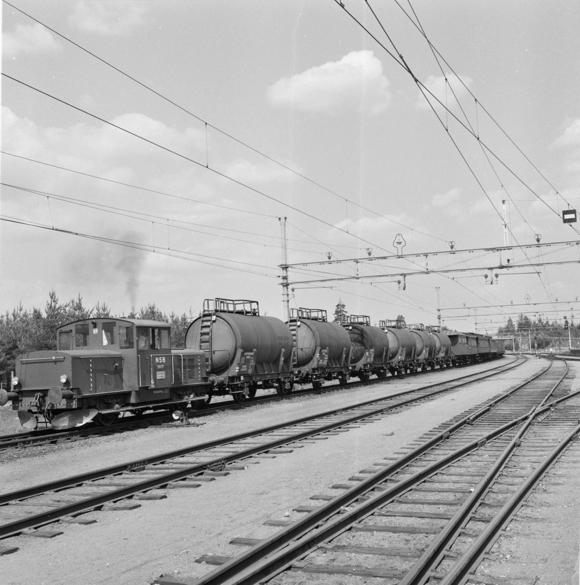 Transport av museumsmateriell fra Hauerseter til Gardermoen. Vognene ble tatt ut for bevaring av A/L Hølandsbanen i 1968 og lagret midlertidig på militært område på Gardermoen.