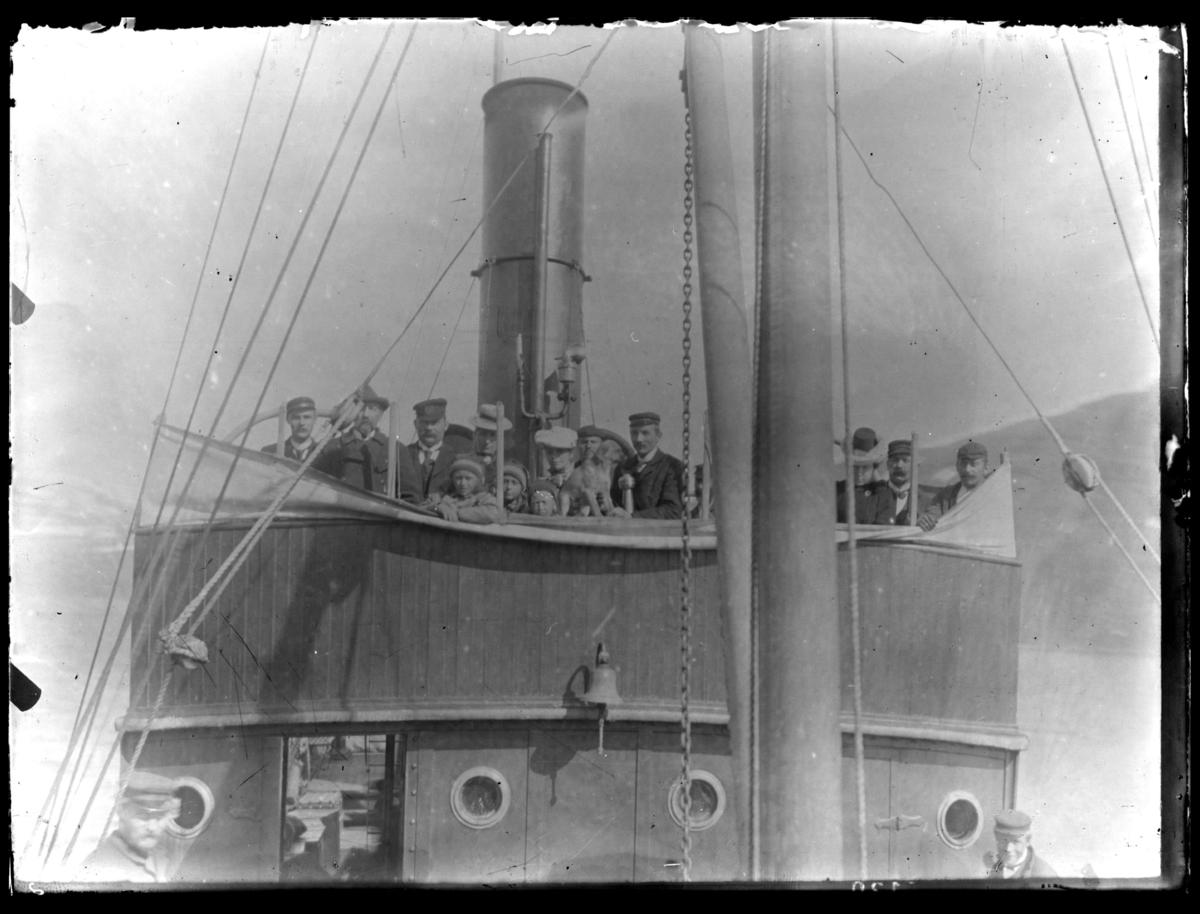 Gruppeportrett på kommandobrua på et dampskip