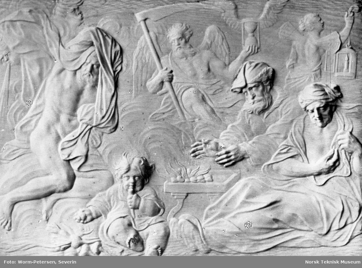 Relieff: De fire årstider: Vinter, fra pakke merket Magnus Berg Træskulptur og Portræt