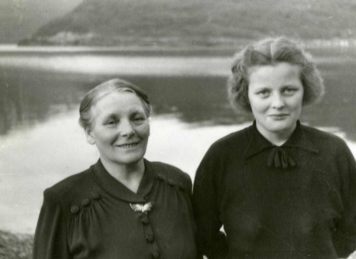 Portrett av fru kjøpmann Holm med datter Astrid, 1952.