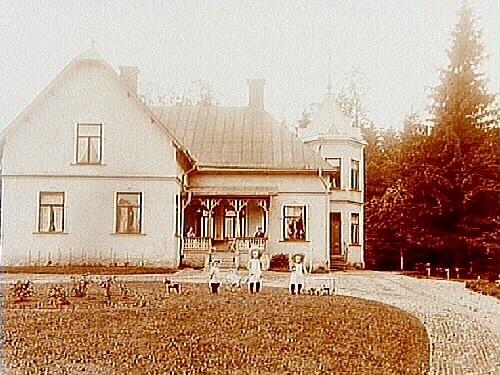 Tvåvånings putsad och tornprydd sekelskiftsvilla, 2 vuxna och 3 barn.Veterinär J. Ekelund