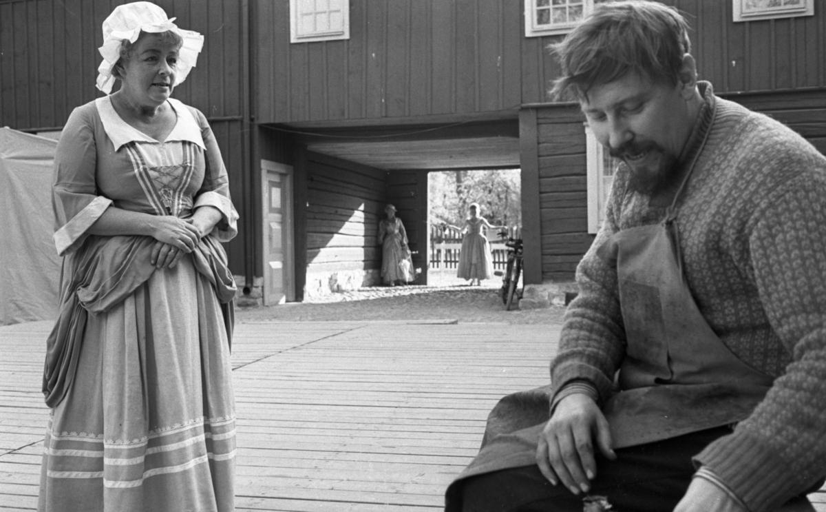 Wadköping reportage  5 juni 1965.Två skådespelare i aktion. Två stycken skådespelare i bakgrunden. Alla klädda i 1700-talskläder.