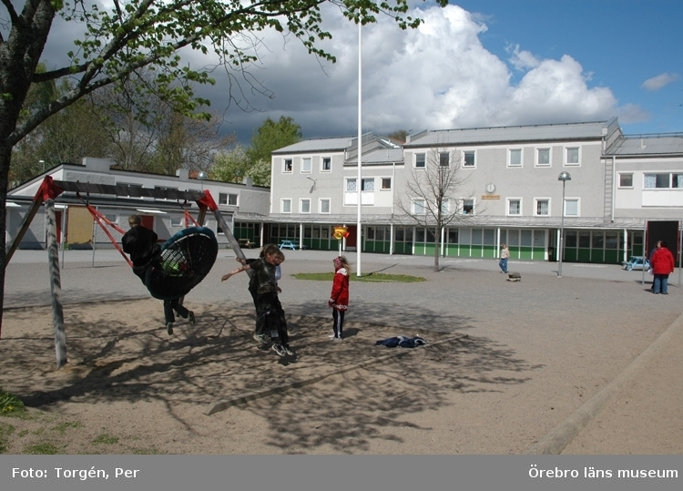 """Dokumentation av Baronbackarna i samband med att höghuset dokumenterades av Andreas Lindblad """"Rapport 2005:4"""".Skolbyggnad, barn på skolgården."""