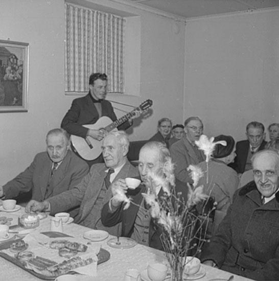 Bredsjö Pensionärsförenings årsmöte, interiör, grupp vid bordet.
