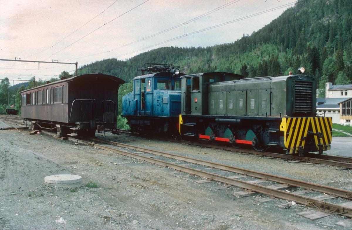 Ekstratog fra Thamshavn fremme på Løkken etter en lang dags ferd. Diesellokomotiv nr. 10 (Ruston) og elektrisk lokomotiv nr. 5. Ved siden av står vogn CFo 10 (Skabo).