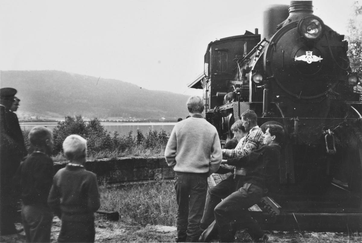 A/L Hølandsbanens veterantog har ankommet Krøderen stasjon, og damplokomotiv 18c 245 snus på svingskiven.