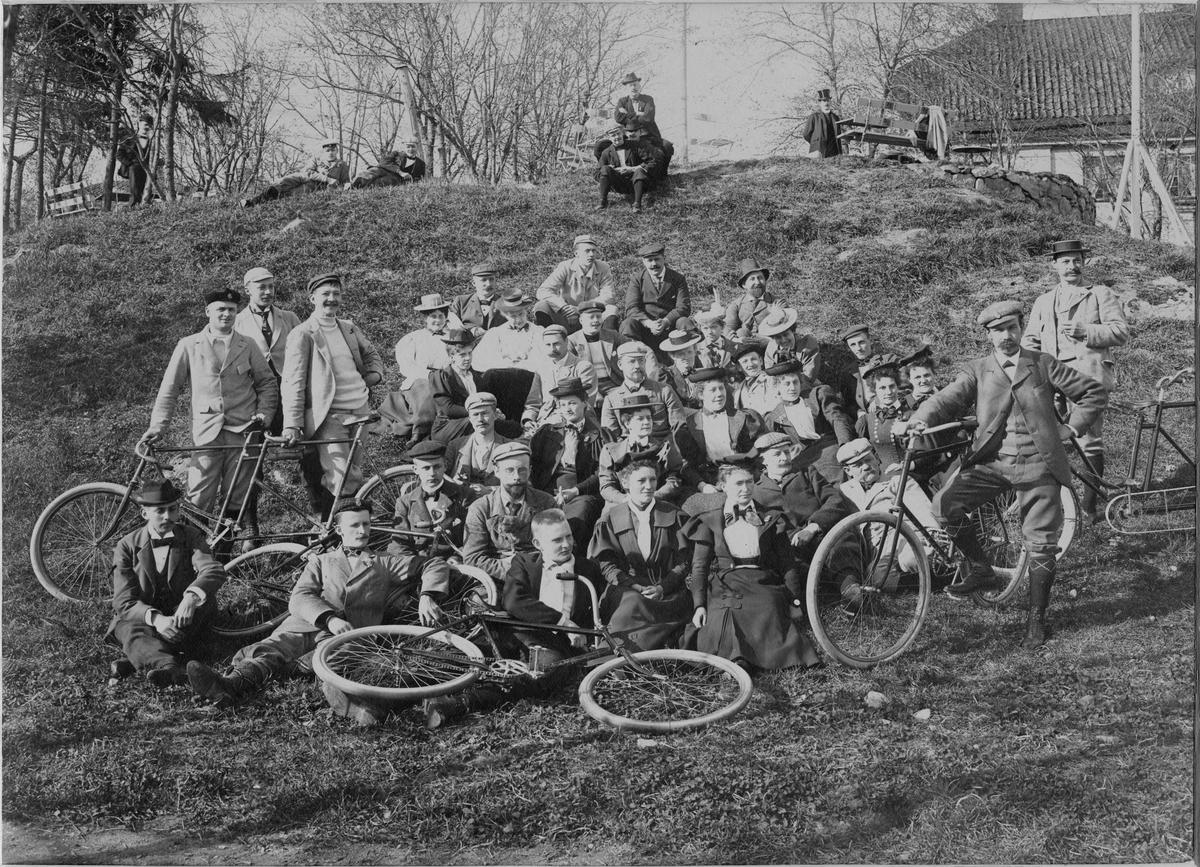 Stockholms Velociped klubbs utfärd till Drottnigholm 1897. Längst fram sittande, Karl-Erik Forslund.