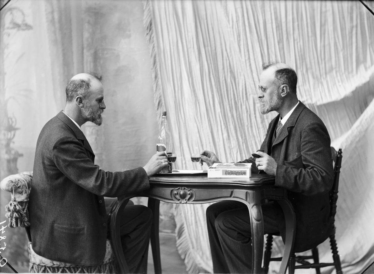 Dubbelporträtt. Thorvald Gehrman dricker likör med sig själv. Hedemora 1905. Självporträtt eller möjligen taget av hans fru Hildur.