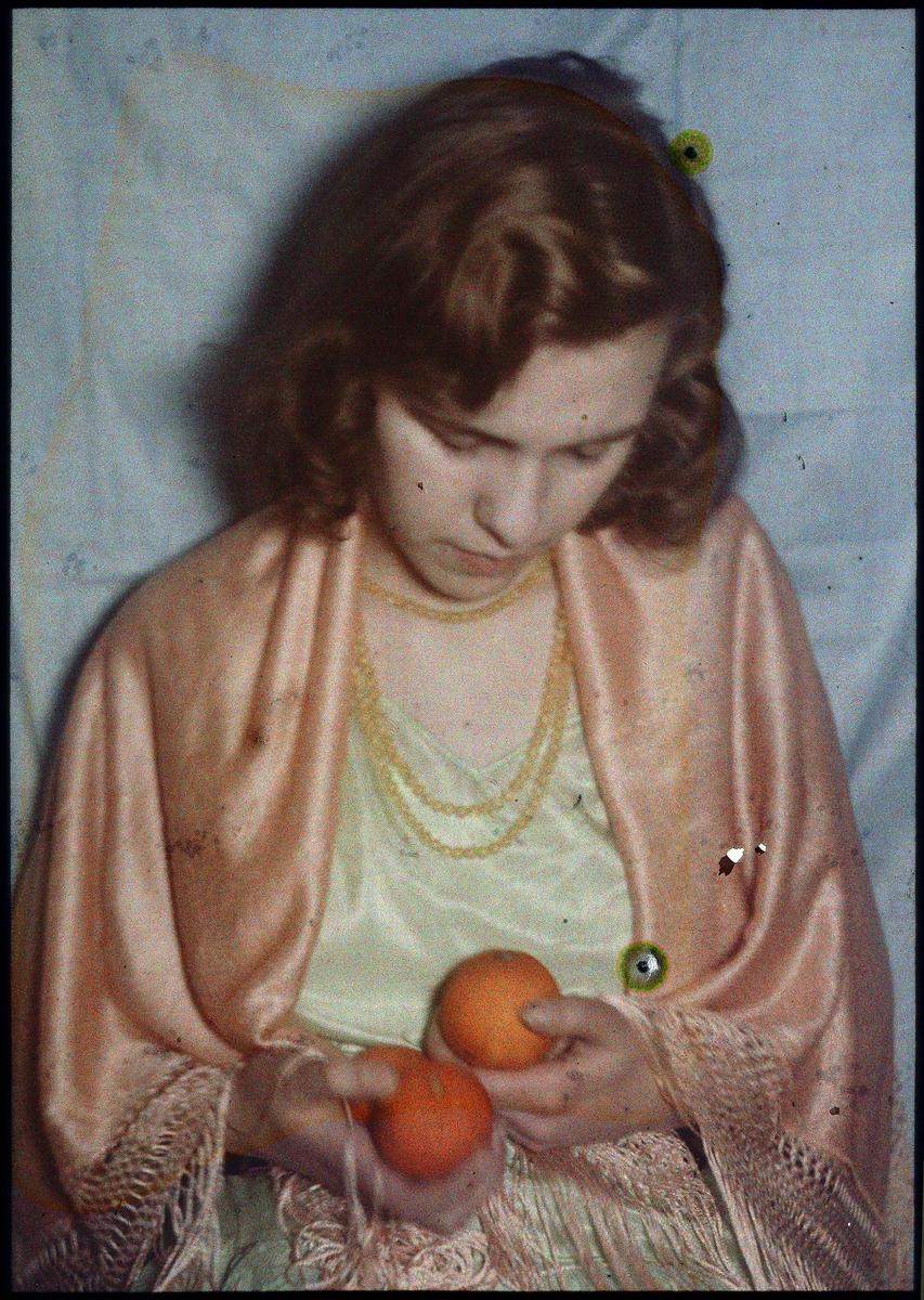 """Lumière-autokrom.  """"Quomodo"""".  Porträtt av flicka med apelsinerna. Geka kunstlichtfilter för autochrom. Nr. 0."""