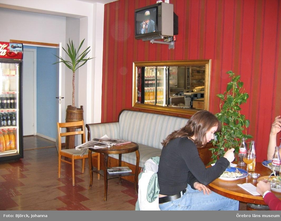 """Pizzeria Station i Hallsberg, interiör.Bilder tagna i samband med dokumentationsprojektet """"Pizzerior och paraboler"""", delprojektet """"Pizzerior i Örebro län"""".Dnr: 2004.250.068"""