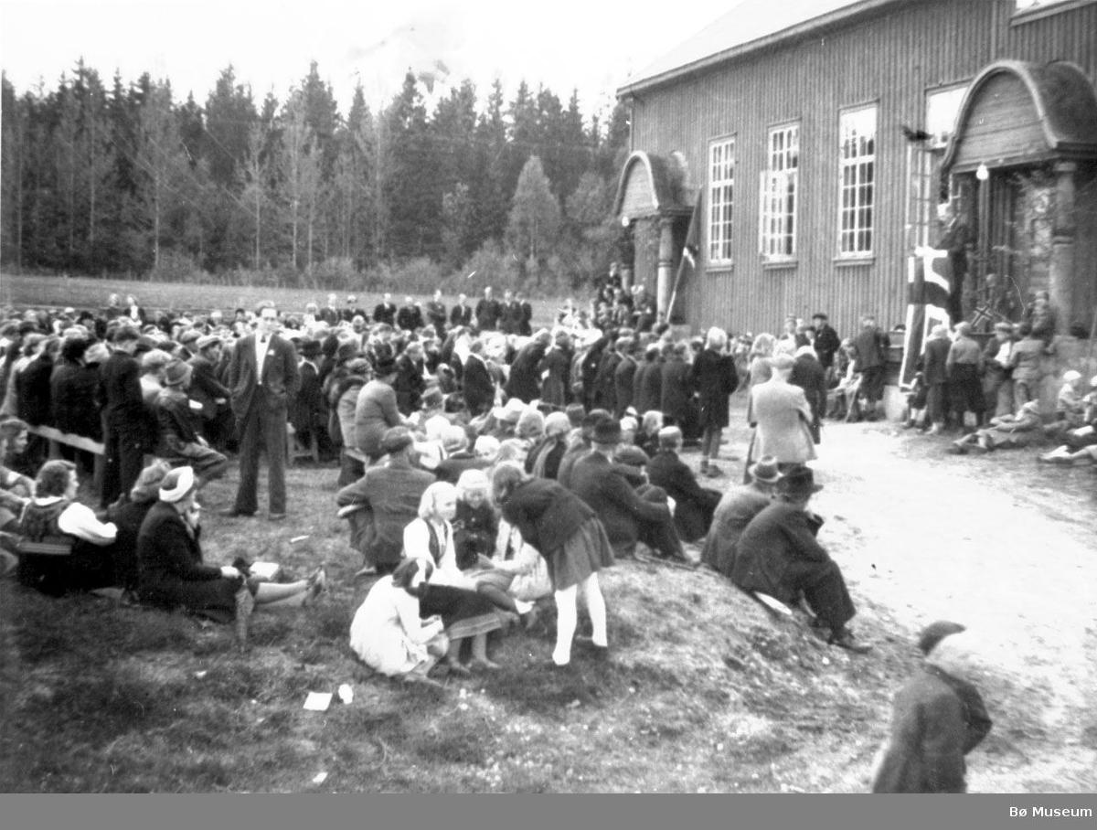 Folkemengde samla utandørs ved Sandvin 17. mai 1945.
