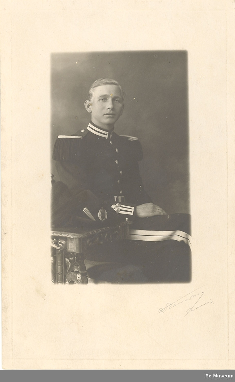 Ung mann, Torstein R. Odden frå Odden i Nes, fotografert i gardeuniform.
