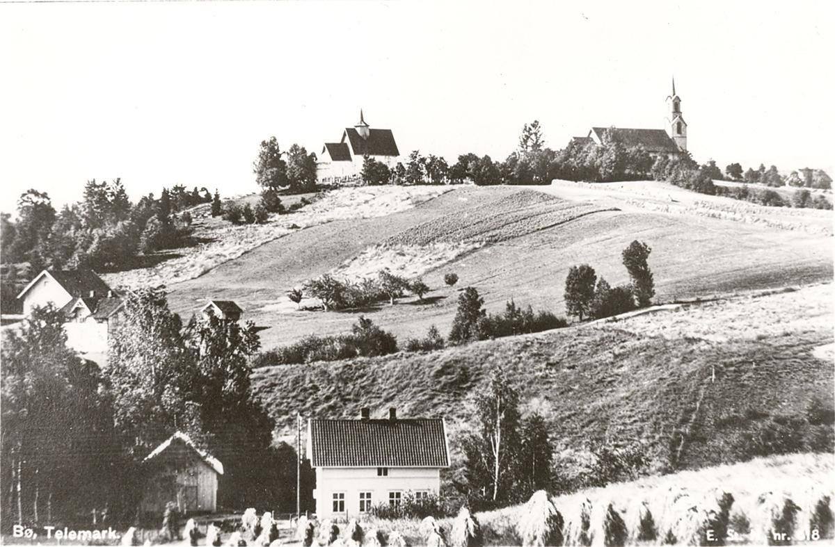 Kyrkjene på Bøhaugen, Bø i Telemark. Framme ser me Tonar.