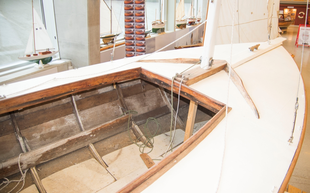 Killing av kryssfiner. bygd med klinkspant + 2 knekker. Finnekjølsbåt. Uten innredning.