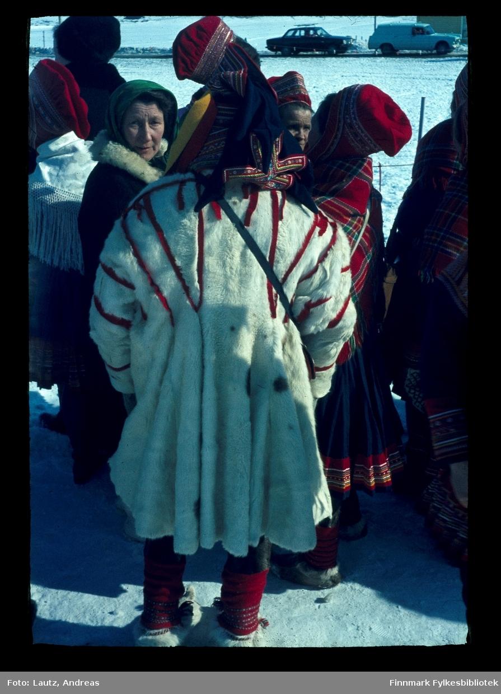 Kautokeino i 1969. Kronprinsparets besøk. (Harald og Sonja).  Tilskuere kledd i pesk og samiske kofter.