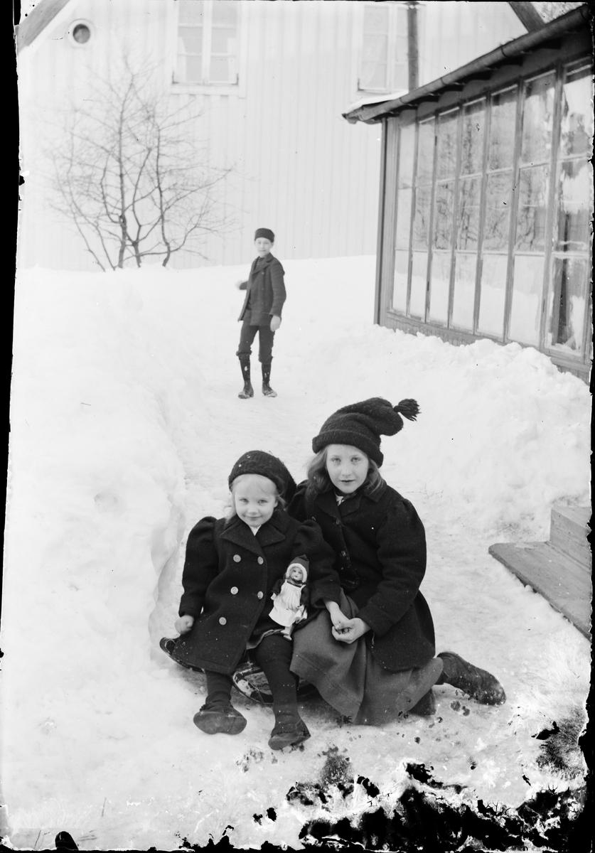 Tyra, Sara och Josef Edhlund i snön, vid fotoateljén i kvarteret Guldskäret, Östhammar, Uppland före 1914