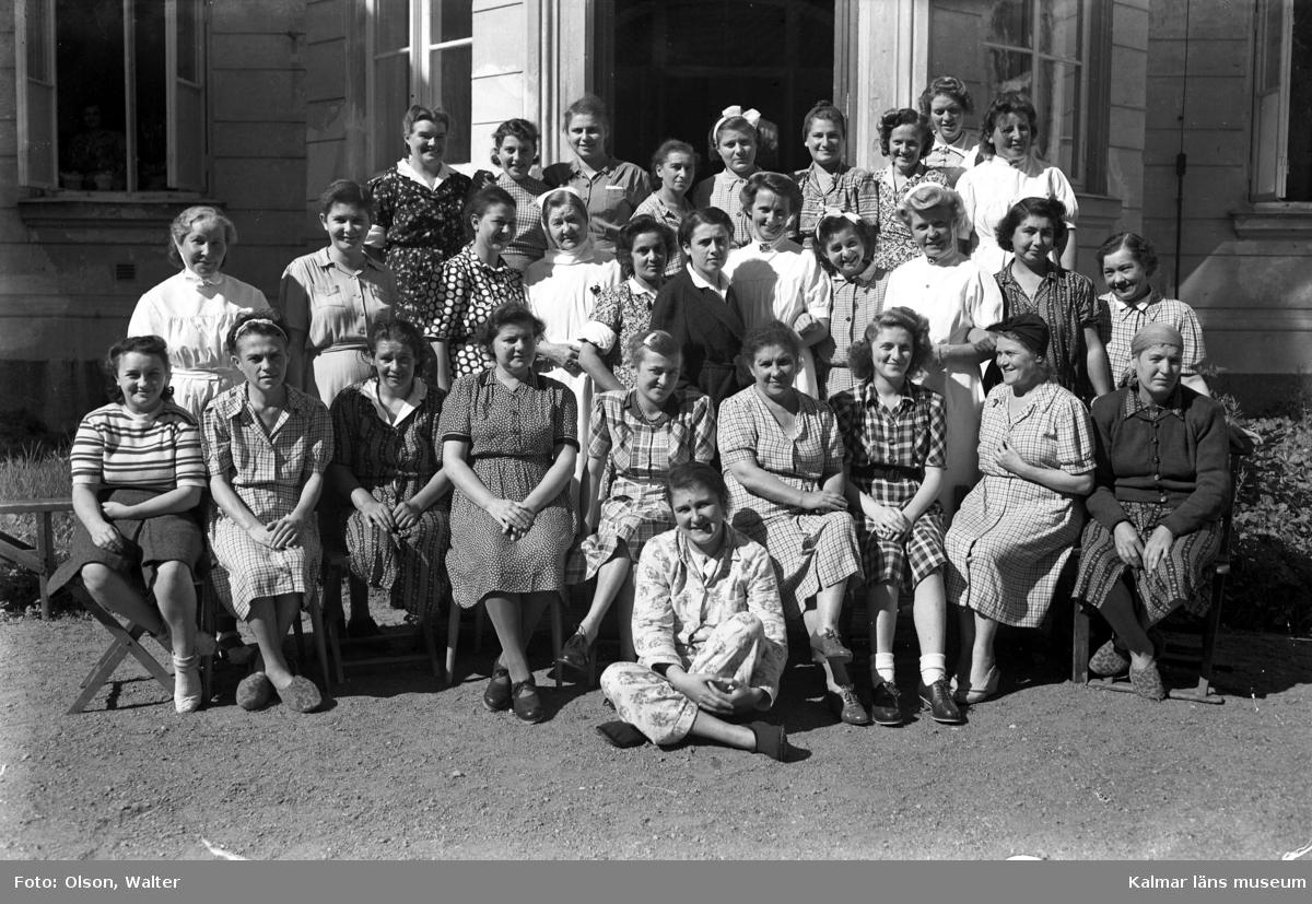Flyktingar från Bergen-Belsen samman med personal utanför Beredskapssjukhuset i Kalmar.