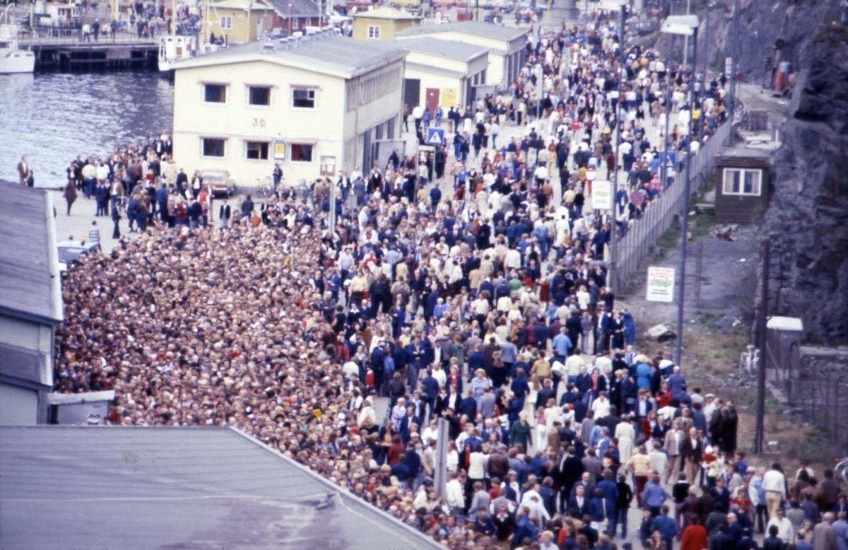 Mennesker i kø for å gå ombord i S/S 'Norway' (ex. 'France')(b.1961, Chantiers de l'Atlantique), etter ankomsten til Oslo.