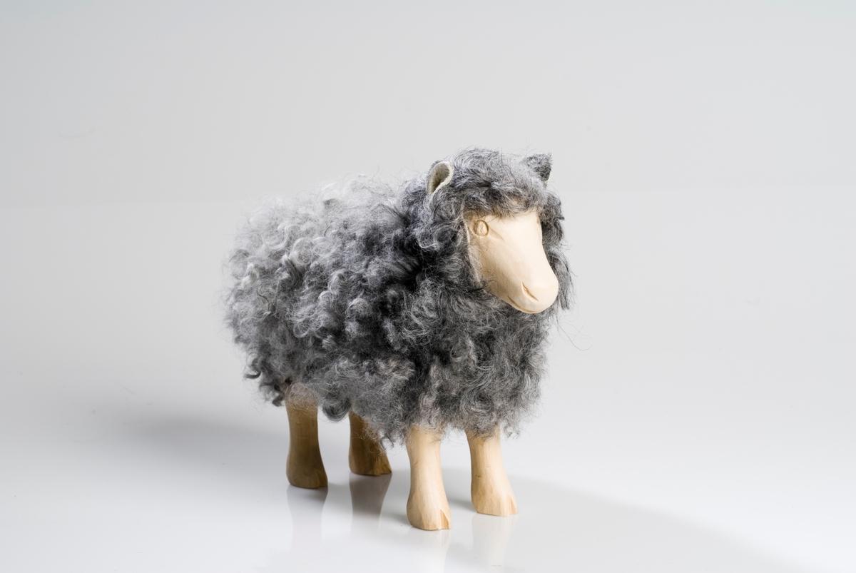 Tovet sau figur. Hode og bein i tre, resten av kroppen er i tovet ufarget grå ull