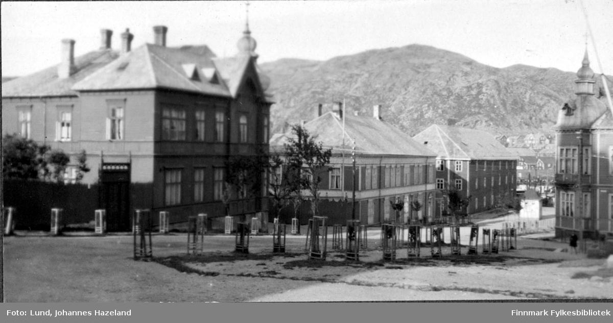 Gate sentralt i Hammerfest, med staselige store bygninger. To av dem har løkkupler