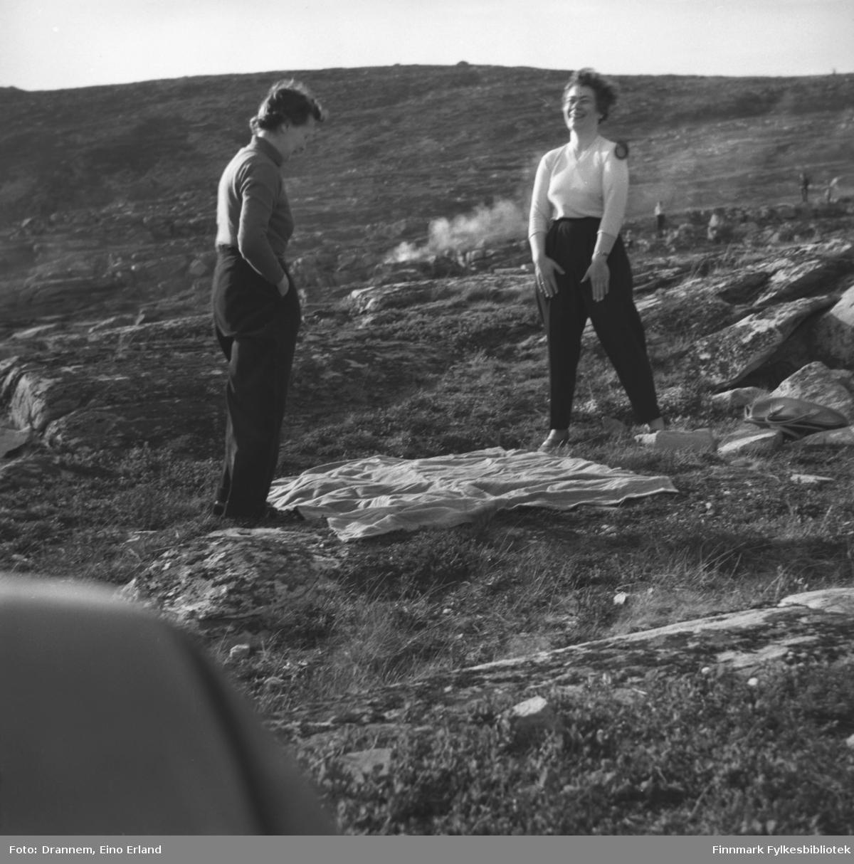 To kvinner på piknikk, sannsynligvis i terrenget ovenfor Fuglenes i Hammerfest. Jenny Drannem til høyre, den andre er ukjent.