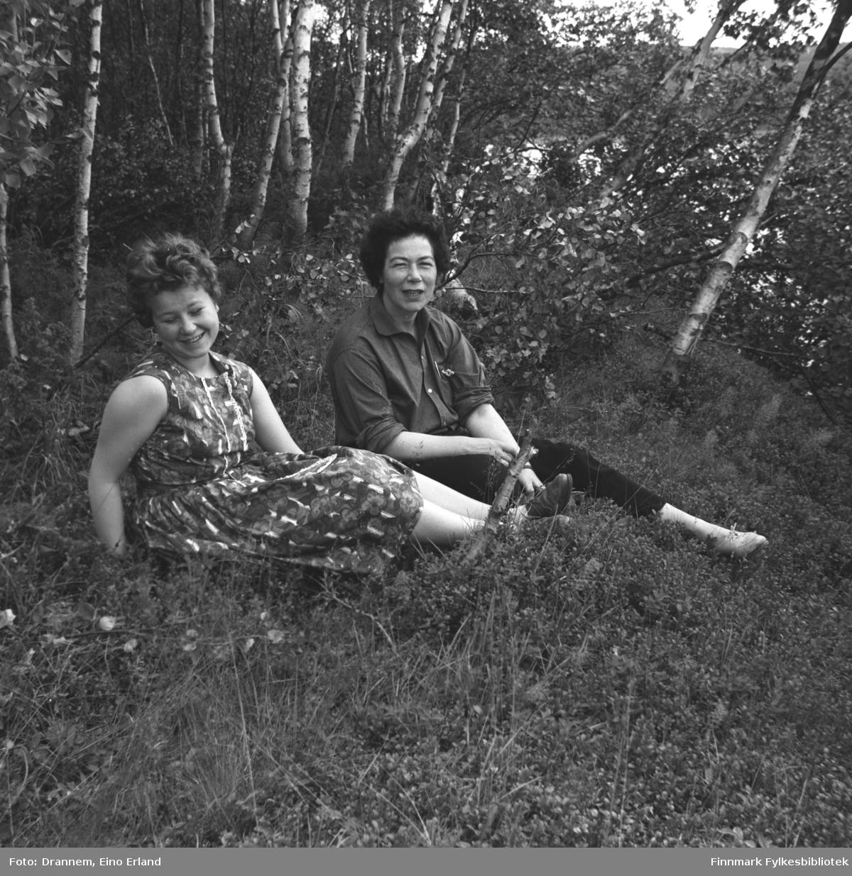 Turid og Jenny sitter i en lysning i skogen.